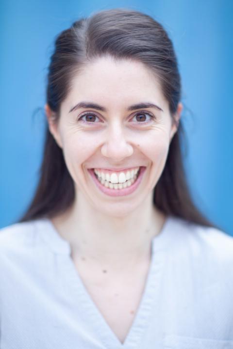 Portrait souriant comédienne